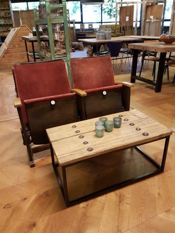 Retro bioscoopbankje met een salontafel van oud hout. Bij de Oude Plank vindt u naast oude houten vloeren ook prachtige tafels en kasten.