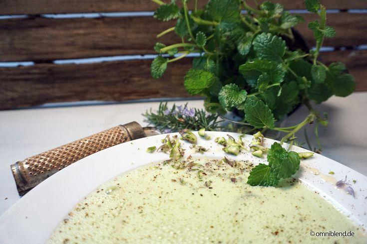 Spargelsuppe halber Teller Reibe Grün Holzhintergrund weißer Tisch