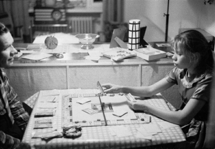 Kuvassa isä ja tytär pelaavat Monopoli-peliä. Helsinki 21.12.1959.