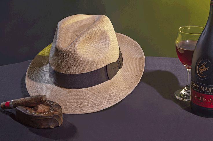 Sombrero Ref. Panameño Superfino Cafe Nogal, elaborado en Paja Toquilla, Tejido totalmente a mano. Adornado con Cinta Faya Cafe terminada en un elegante y tradicional corbatin.