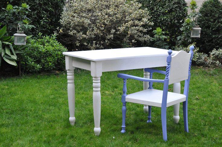 Tavolino bianco con gambe tornite realizzato con materiale di recupero. Adatto per scrivania o per 2 persone.  http://www.kinkyart.it/tavoli/scrivania_bimba_sc_72.htm