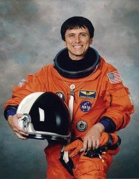 Franklin Chang-Díaz, físico e ingeniero nacido en Costa Rica, fue el primer astronauta latino de la NASA.  Orgullo de la comunidad centroamericana de Estados Unidos, el Dr. Franklin R. Chang-Díaz fue el primer astronauta latino en viajar al espacio en una nave de la NASA. De octubre de 1984 a agosto de 1985 fue el jefe del equipo de apoyo a los astronautas del Kennedy Space Center.