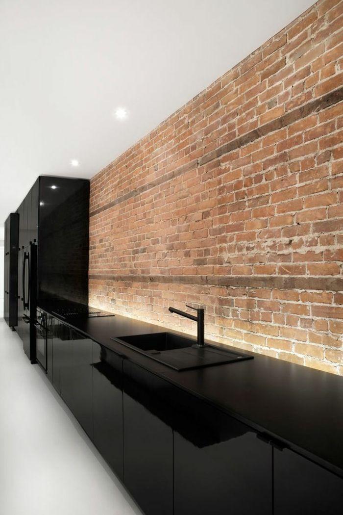 jolie cuisine noire laquée mur de briques rouges