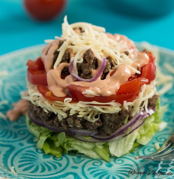 Rezepte für den Cheeseburger-Salat geistern schon länger durch das Netz und erfreuen sich zurecht wachsender Beliebtheit. Sogar die Salatverweigerer essen ihn bei uns. Eigentlich auch kein Wunder, denn der Cheeseburger-Salat ist eigentlich nur ein Burger ohne Brötchen, dafür mit etwas mehr Grünzeug. Als Cheeseburger-Schichtsalat im Glas sieht er ansprechend aus und eignet sich super für unterwegs. (Weitere Low Carb to go Rezepte findet ihr hier: Low Carb to go 1 und Low Carb to go 2)