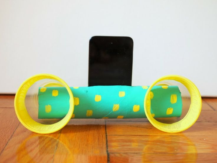 DIY IPod speakers from cardboard tube and two plastic cups.