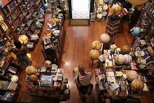 De winkeld ´Mapas & Compañía´, in Málaga is zonder twijfel één van de leukste cadeauwinkels van de stad. Je vindt er kaarten, kompassen, globes, miniaturen van vliegtuigen, Kuifje spullen, notitieboekjes, fotoboeken, reisgidsen, miniaturen van luchtballonnen, en zonnestelsel boupakketten. Iedereen verdwaalt heerlijk in deze winkel. Adres: Calle Compañías 33, Malaga