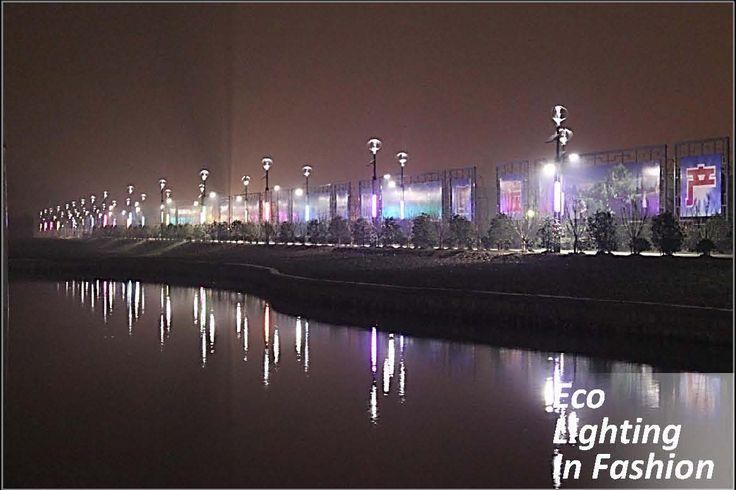 Micro eolico in notturna con effetto scenografico