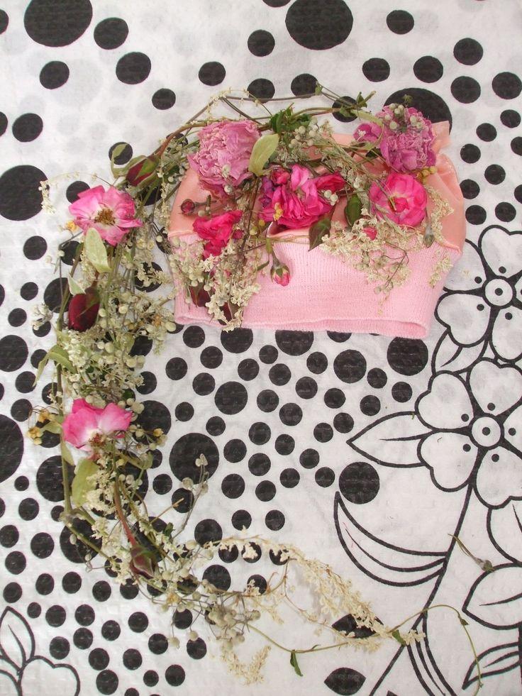 NEWBORN ...ČESKÁ flóra Autorská dekorativní čepička s květinovým pohádkovým přrvisem na focení miminek.  Navrhnu a vytvořím i jiné na ZAKÁZKU.   17.červen 2015