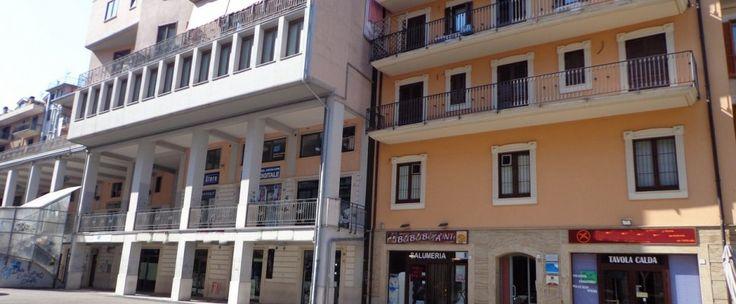 Locale commerciale in Via Campane di circa 120 mq composto da ambiente unico con bagno e piccolo deposito. Predisposto con canna fumaria.