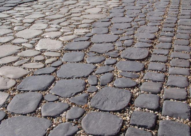 Povrch dlážděné plochy je tvořen plochými valouny DETRA různých velikostí, které imitují kamennou zahradní dlažbu.