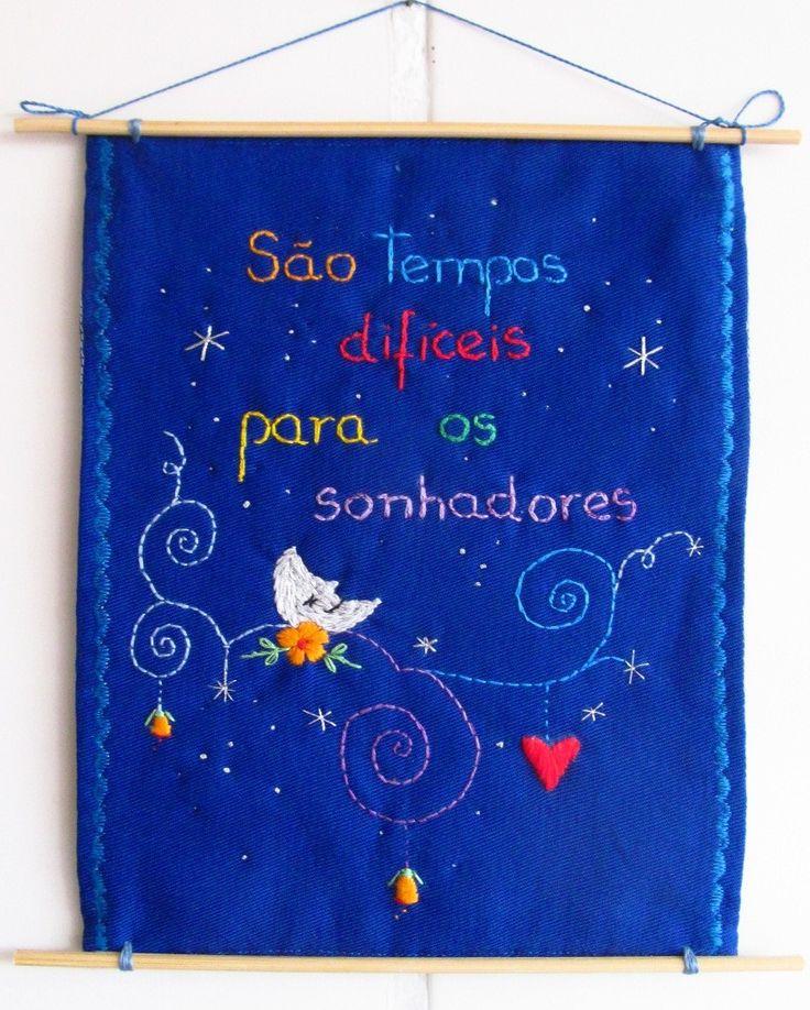 """**MODELO EXCLUSIVO ARTE E OFÍCIO ATELIÊ**    Feito com tecido 100%algodão, bordado à mão.  [frase-inspiração] citação no filme """"O Fabuloso Destino de Amélie Poulain"""".    criação: Solange Nunes"""