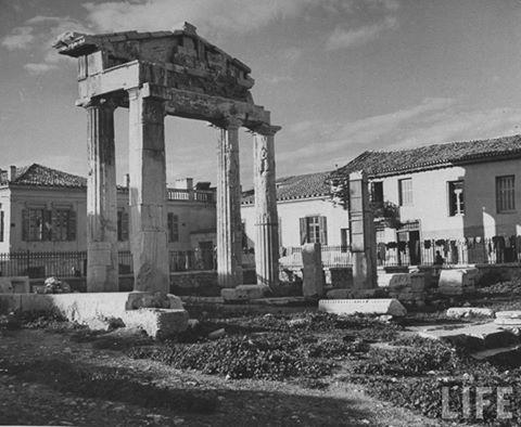 Η πύλη της Αρχηγέτιδος Αθηνάς στη δυτική πλευρά της Ρωμαϊκής Αγοράς,1944...φωτ.DMITRI KESSEL