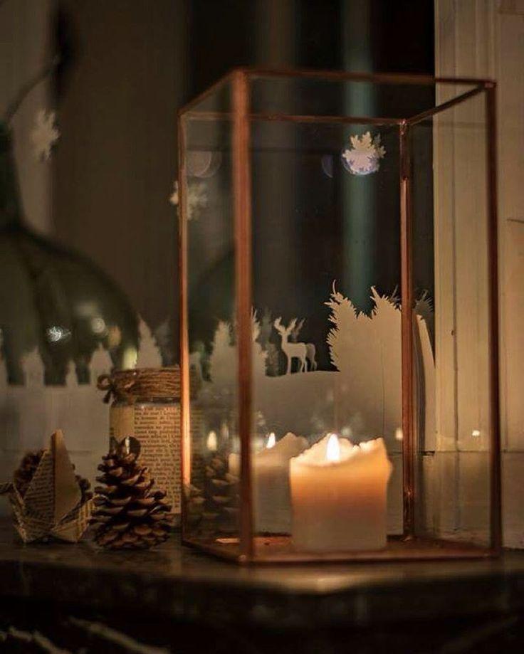 Premier jour de l'hiver... On reste au chaud ! Crédit photo : @adriencatel  #21decembre #21december #winter #hiver #decoration #lumiere #light #christmas #noel #dear #verre #metal #glass #pinecone #cerf #tealight #photophore #flake #lantern #candle #scenography #scenographie #diy #bougie #sarahfarsyscenographie #papier #paper #blanc #white