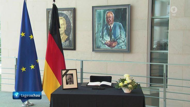 Trauer um Altkanzler Helmut Kohl:   Merkel trägt sich ins Kondolenzbuch ...