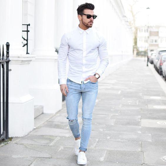 Fais,toi remarquer parmi les autres civils stylés avec une chemise de ville  blanche et un jean skinny déchiré bleu clair. Pour les chaussures, fais un  choix