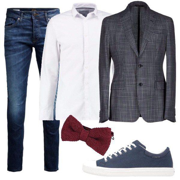 Un outfit composto da una giacca monopetto in fresco lana, una camicia bianca in puro cotone e papillon ricercato, lavorato a maglia. Completano il look un paio di jeans slim fit leggermente slavati ed un paio di sneakers basse color blu navy.