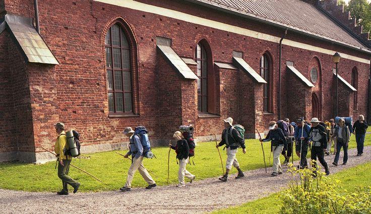 I Söderköping kommer vi till S:t Laurentii kyrka. S:t Laurentius är skyddspatron för de fattiga, och för alla som kan frukta eldsvåda: kockar, värdshusvärdar, brandsoldater, bryggare och bibliotekarier.
