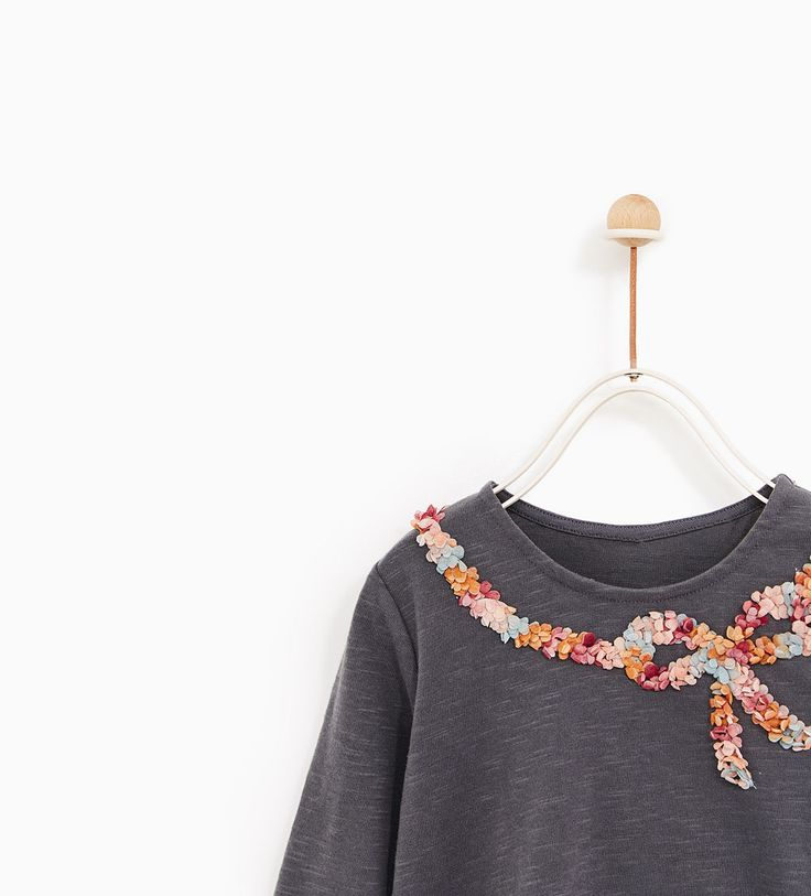 Rayés, imprimés à message ou avec des animaux, découvrez en ligne les  t-shirts à manches longues et manches courtes automne-hiver pour bébé fille  de Zara. 38052565e0a9