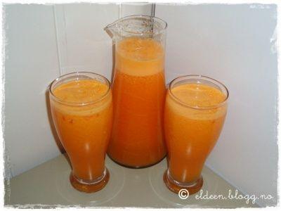 Hjemmelaga juice: Appelsin, klementin og gulrot.