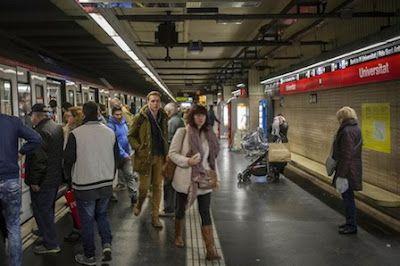Denunciado un turista por una agresión homófoba en el metro. El hombre agredió a una pareja de lesbianas que se besó en un vagón. El Periódico, 2017-04-13 http://www.elperiodico.com/es/noticias/barcelona/denunciado-turista-por-una-agresion-homofoba-metro-5972722