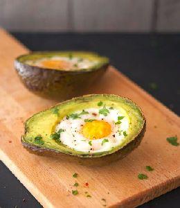 Abacate e ovo assado.