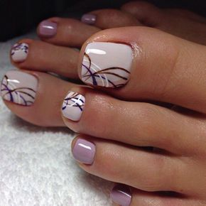 Uñas de los pies en color lavanda
