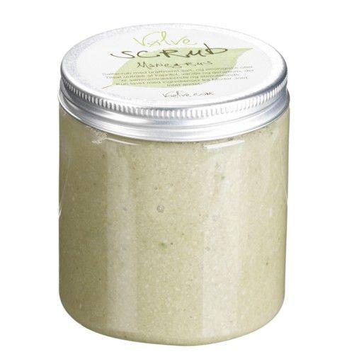 Hudpleje med duft af vanilje og kaprifol. Scrub indeholder uraffinerede atlanterhavssalt, hvorfor den bibeholder dets naturlige indhold af mineraler og sporstoffer.  Den er velegnet til normal og sart hud.