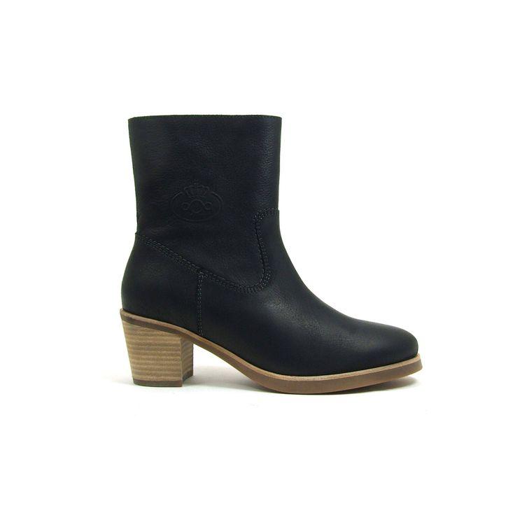 Zwarte enkel hoge laarsjes van aQa, model A2731! De dames laarzen zijn helemaal leer en hebben een rits aan de binnenzijde. De blokhak is comfortabel en toch vrouwelijk met een hoogte van ongeveer 5 centimeter. De loopzool van deze aQa dames enkel laarsjes is van rubber.
