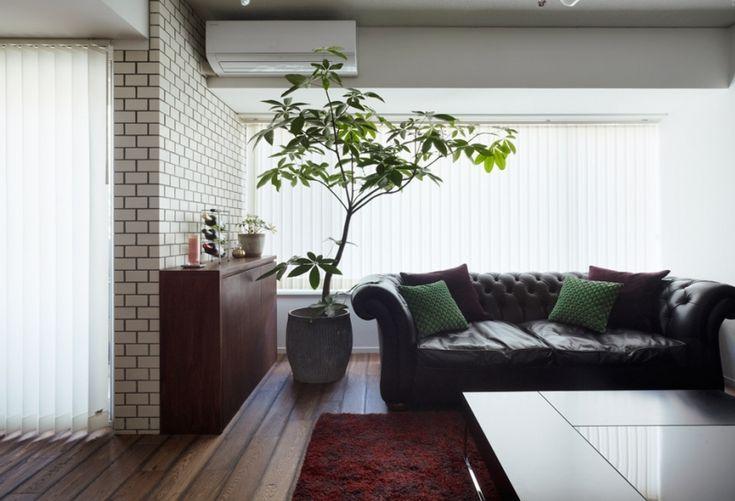 イギリス製のソファや、アンティークのダイニングテーブルといったクラシカルな家具だけでなく、スタイリッシュなステンレスのキッチンカウンターも調和するモダン性を備えています。リビングの壁の一面に張ったラグジュアリーな輸入クロスに対し、こちらは既存の趣あるタイルがアクセントに。 専門家:が手掛けた、リビング(ヴィンテージマンションらしい趣を)の詳細ページ。新築戸建、リフォーム、リノベーションの事例多数、SUVACO(スバコ)
