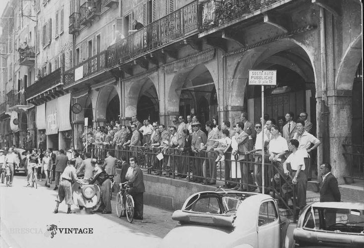 """""""Personale della S.a.i.a"""" - Via X Giornate - 1950 http://www.bresciavintage.it/brescia-antica/documenti-storici/7803/"""