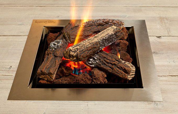 Der WITTEKIND Lounge Tisch mit eingelassenem Gartenfeuergerät inkl. Lavasteinen zur Abdeckung des Brennelements, nachgebildete Brennholzscheite aus Keramik und Bedieneinheit.