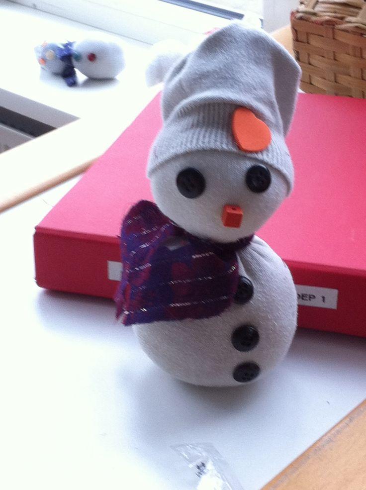 Van oude sokken een sneeuwpop gemaakt. Sokken gevuld met synthetische watten, elastiekje eromheen vervolgens het hoofd maken vol maken, weer een elastiekje eromheen. Dan boord terug vouwen tot muts, bij een grotere sok stuk er tussenuit knippen, knopen, sjaal, ogen en neus erop en klaar. Kinderen kunnen het bijna alleen, moest alleen even helpen met de elastiekjes.