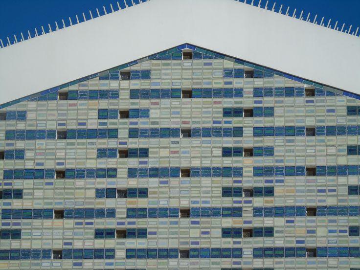 Manuel Cargaleiro | Moscavide | Igreja de Santo António | 1955 | Arq. António Freitas Leal [© Ana Almeida] #Azulejo #ManuelCargaleiro #Moscavide