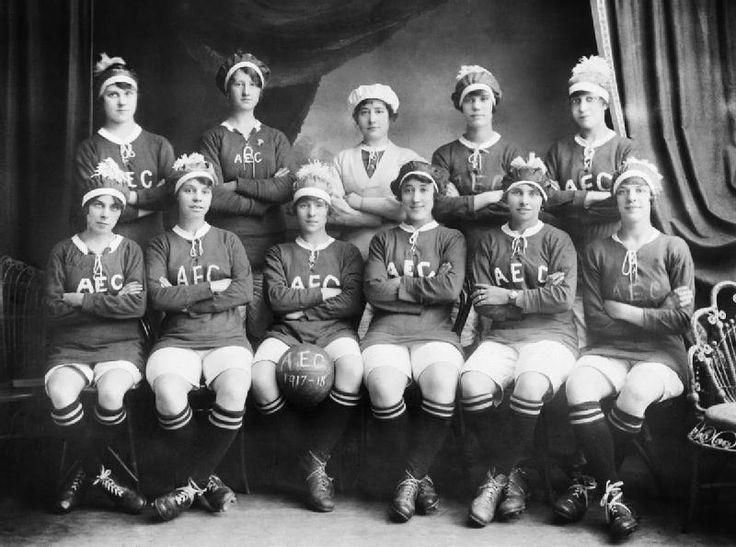 Женская футбольная команда при лондонской фабрике по производству боеприпасов, 1914