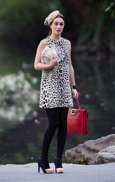Blair Waldorf usando un vestido animal print, con bolso rojo y sombrero en color café