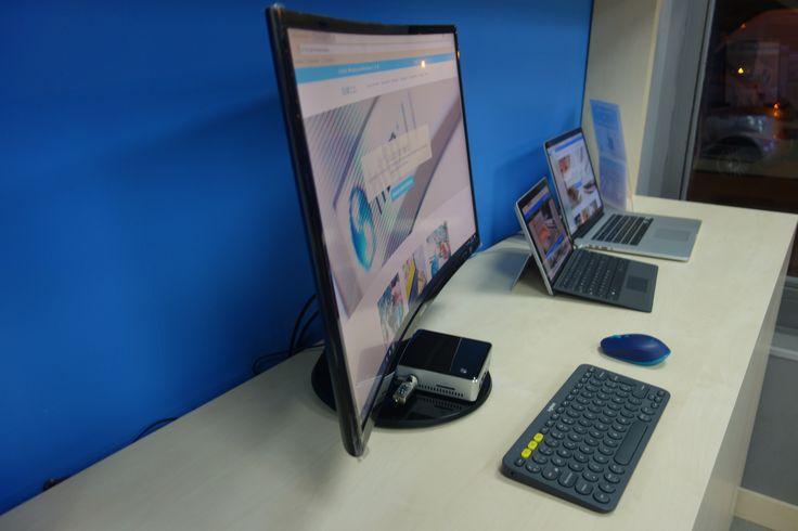 """Intel Nuc con monitor curvo de 27"""", para equipos de recepción o atención al cliente."""