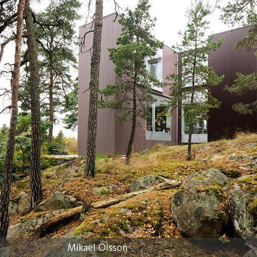 """Ein neun Meter hoher Steilhang, Steine aus der letzten Eiszeit und ein unberührter Wald. """"Genau hier will ich wohnen!"""", dachte sich Allan Spiegel und…"""