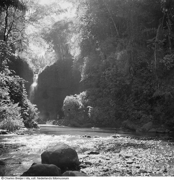 Snelstromende rivier bij de Dago-waterval nabij Bandung, Indonesië (z.j.). Indonesië onafhankelijk - foto's 1947-1953