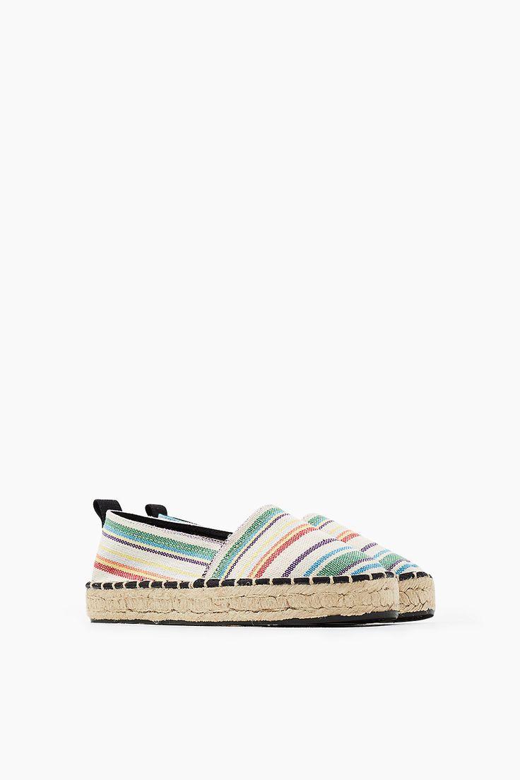 Details:  -Voor in de stad of op het strand: voor je zomerse look zijn espadrilles onmisbaar! -Het bijzondere aan dit model: de hoge zool met een stijlvolle plateaulook. -De touwzool met hoge rand en de coole, gestreepte, geweven look accentueren de zomerse, maar tegelijkertijd urban look van deze comfortabele schoenen.