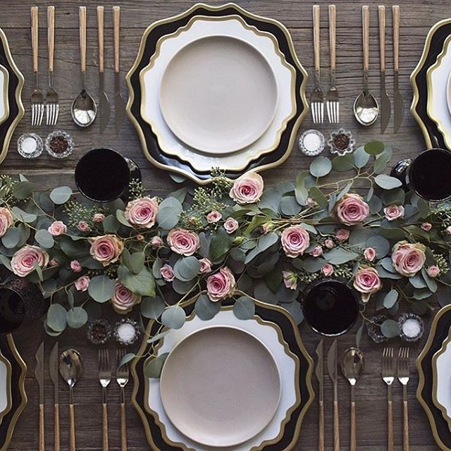 Tone down on the flowers and let the dinnerware do the rest !  enfócate en otros aspectos de la decoración que estén más al alcance de un presupuesto balanceado !! #instabrides #weddinginspiration...