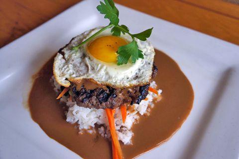 ワイキキの「アトランティス・シーフード&ステーキ」でランチタイム♪ このロコモコ、焼き加減が絶妙だった~。