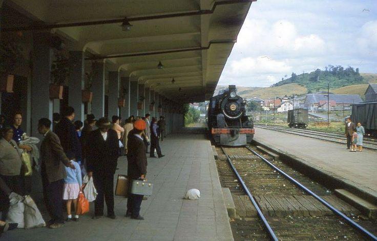 Estación de Trenes de Puerto Varas en 1963. Fue construida frente al Gran Hotel y Casino de Puerto Varas, por los Ferrocarriles del Estado, ...