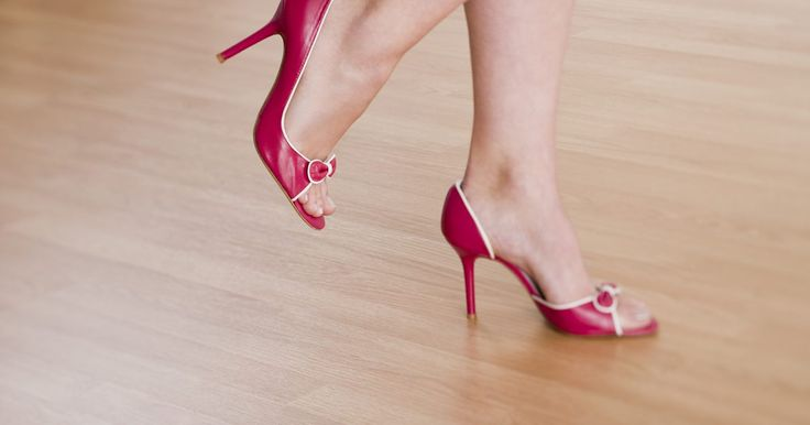 ¿Qué puedo poner en mis zapatos si me sudan los pies?. Los pies sudorosos, también llamados hiperhidrosis, pueden arruinar perfectamente un buen día, además de un perfecto par de zapatos. Los pies sudorosos pueden causar más problemas además de los pies húmedos. También pueden provocar pies pegajosos, así como crear un ambiente para la reproducción de bacterias que causan hongos. Así que, antes de ...