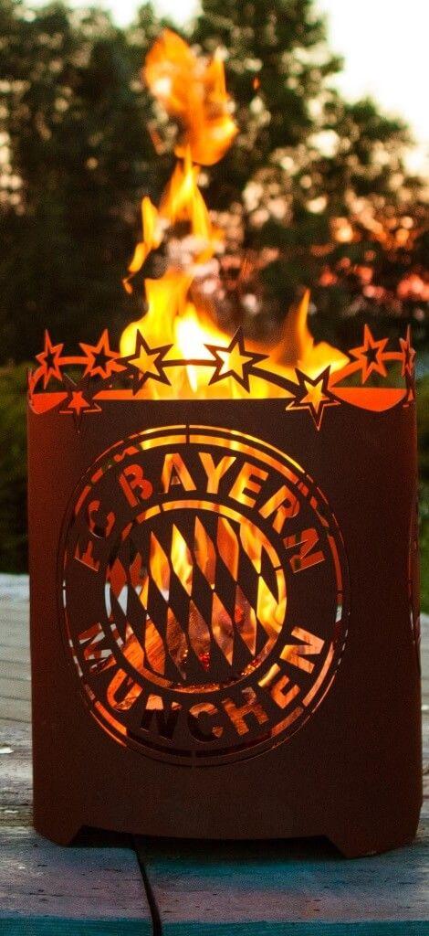 """FC Bayern Edelrost Feuerkorb """"rund""""  Der Edelrost Feuerkorb """"rund"""" lässt die Herzen der FC Bayern München Fans höher schlagen. Mit dem FC Bayern Feuerkorb wird jede Grillparty im Sommer wie im Winter zu einem besonderen Erlebnis.  Das offizielle Lizenzprodukt ist mit dem Bayernlogo sowie den 4 Meisterschaftssterne zieren am oberen Rand versehen.  Größe:      Höhe: 50 cm     Durchmesser: 39 cm  Preis: 189,- €"""