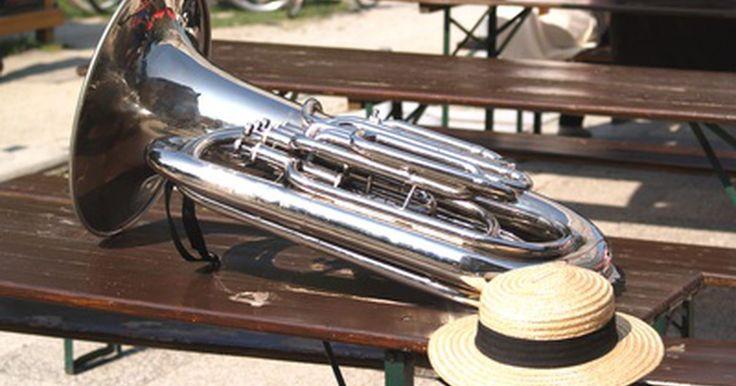 """Estilos de música jazz. El jazz ha sido nombrado como el tipo de música que es verdaderamente estadounidense. El jazz es distintivo por su uso de la improvisación, síncopas y """"notas de blues"""" que son tocadas mas bajas que en la escala mayor. La forma creativa y libre del género ha creado un gran número de subgéneros e incorporado un gran número de influencias a través de ..."""
