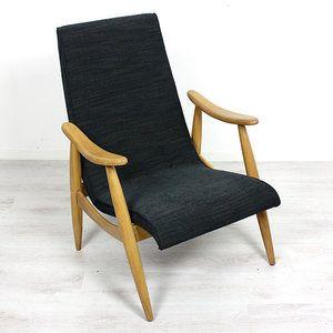 €249,- Fauteuil uit de 60-er jaren. De fauteuil heeft een licht houten frame met een gebogen rug/zitting. De fauteuil is opnieuw gestoffeerd met een antraciete meubelstof. De fauteuil is niet alleen mooi ...
