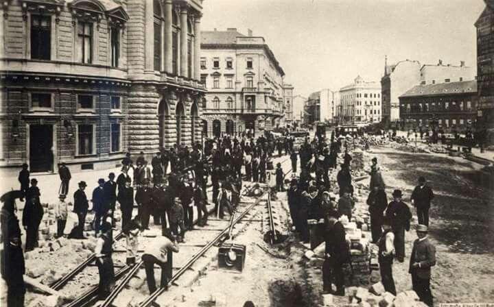 1894-95. Villamos pálya építése a nagykörúton a Nemzeti Színház mögőtt