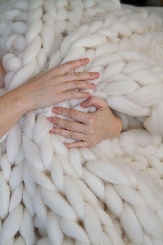L'original Giganto-couverture est un un superbe morceau de conversation pour toute la maison et fournit la texture et la chaleur à n'importe quel décor. Il est également le lancer spongieux, comfiest vous avez jamais eu le plaisir de curl up dessous. C'est une pièce d'one-of-a-kind d'art qui vous garde au chaud.  Du même artiste qui a fait la couverture de laine Big Sky Cableknit exclusif gratuitement les gens. Fait de 100 % laine américaine aux États-Unis.  Chaque couverture est tricoté à…