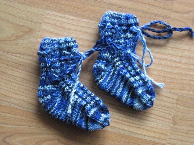 Diese Erstlingssöckchen sind aus strapazierfähiger waschmaschinenfester Wolle gestrickt. Sie sind für Jungen und Mädchen gleichermaßen geeignet. Durch die Kordel können sie festgebunden werden....