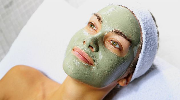 Já ouviu falar em usar argila verde no rosto como uma máscara de tratamento para melhorar o aspecto da pele? A substância teria uma ação benéfica de desintoxicação e remoção de impurezas e, por isso, seria uma ótima aliada no combate à oleosidade em excesso.Leia também:Maquiadora lista os 5 erros que todo